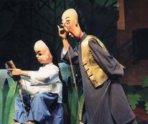 <em>El niño, Shi número tres</em> (石三伢子, 2003) por Hunansheng Muou Piying Yishu Juyuan (Centro para la preservación de los títeres y el teatro de sombras, provincia de Hunan, República Popular China ), puesta en escena: Xiong Guo'an, Zhang Jie, escenografía y fabricación: Yi Jianmin, Li Yonghong, titiriteros: Nie Shiqi, Wang Teran. Títeres de varillas. Fotografía cortesía de Hunansheng Muou Piying Yishu Juyuan