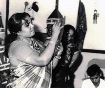 Un artista-titiritera pinta un títere de sombra, <em>tolu bommalata</em>m (Tamil Nadu, India). Fotografía cortesía de Sampa Ghosh