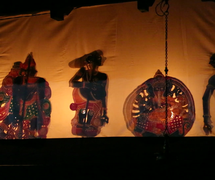 Invo<em>c</em>a<em>c</em>ión a Ganesh al <em>c</em>omienzo de un espe<em>c</em>tá<em>c</em>ulo de <em>tolpava koothu</em>, el teatro de sombra tradi<em>c</em>ional de Kerala, India. Fotografía cortesía de Atul Sinha