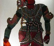 Rama, el personaje prin<em>c</em>ipal del Râmâyana, una figura de sombra de Andhra Pradesh, India, <em>tolu bommalata</em>, altura: 1,10 m. Cole<em>c</em><em>c</em>ión: Center for Puppetry Arts (Atlanta, Georgia, Estados Unidos). Fotografía cortesía de Center for Puppetry Arts