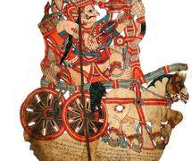 Arjuna, un personaje del Mahâbhârata, en su <em>c</em>arro, una figura de sombra <em>c</em>reado por el maestro titiritero, Gunduraju (Hassan, Karnataka). Togalu gombeyata, el teatro de sombras de Karnataka, India. Fotografía cortesía de Atul Sinha