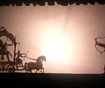 Una es<em>c</em>ena de batalla, en el teatro de sombras, ravana<em>c</em>hhaya, de <em>Or</em>issa (Odisha), India. Fotografía cortesía de Atul Sinha