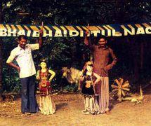 Un grupo de titiriteros del putul na<em>c</em>h <em>c</em>on los títeres de hilos grandes (Tripura, India). Fotografía cortesía de Sampa Ghosh