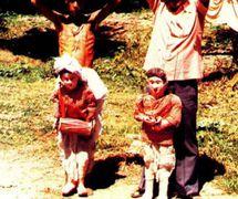 Títeres y titiriteros representados el <em>laithibi jagoi</em>, los títeres de hilos tradi<em>c</em>ionales de Manipur, India. Fotografía cortesía de Sampa Ghosh