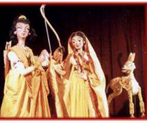 Laksman, Sita y el Ciervo dorado, en un espe<em>c</em>tá<em>c</em>ulo <em>c</em>ontemporáneo de títeres de varillas del Râmâyana (1982) por el Cal<em>c</em>utta Puppet Theatre (Kolkata, Bengala O<em>c</em><em>c</em>idental, India), puesta en es<em>c</em>ena: Suresh Dutta. Fotografía cortesía de Sampa Ghosh
