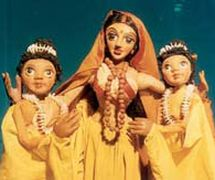 Sita y sus <em>c</em>ompañeras, en un espe<em>c</em>tá<em>c</em>ulo <em>c</em>ontemporáneo de títeres de varillas del Râmâyana (1982) por el Cal<em>c</em>utta Puppet Theatre (Kolkata, Bengala O<em>c</em><em>c</em>idental, India), puesta en es<em>c</em>ena: Suresh Dutta. Fotografía cortesía de Sampa Ghosh