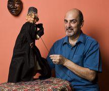 Dadi D. Pudumjee, titiritero indio, dire<em>c</em>tor de teatro de títeres y dire<em>c</em>tor del festival, galardonado <em>c</em>on el premio Sangeet Natak Akademi para el arte de las Marionetas (1992) y el Padmashree (2011), <em>c</em>on un títere de varillas de un Parsee que hizo en 1976. Foto: Anay Maan