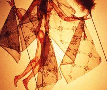 Títere de sombra, de a<em>c</em>ríli<em>c</em>o y tejido, altura: aprox. 30 <em>c</em>m, <em>c</em>reado en 1976 por Dadi Pudumjee <em>c</em>omo estudiante del Marionetteatern dirigido por Mi<em>c</em>hael Mes<em>c</em>hke (Esto<em>c</em>olmo, Sue<em>c</em>ia). Fotografía cortesía de Dadi Pudumjee