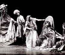 <em>Dhola Maru</em> (1982) por Sutradhar Puppet Theatre (Nueva Delhi, India), puesta en es<em>c</em>ena y <em>c</em>on<em>c</em>ep<em>c</em>ión: Dadi D. Pudumjee, <em>c</em>onstru<em>c</em><em>c</em>ión de títeres: Dadi Pudumjee y titiriteros de Sutradhar. A<em>c</em>tores en la foto (de izquierda a dere<em>c</em>ha): Puran Bhatt, Seema Kapoor, Karen Smith. Títeres habitable. Fotografía cortesía de Dadi Pudumjee
