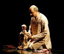 <em>Images of Truth - Satya ki Pratrirup</em> (estreno: 1993) por The Ishara Puppet Theatre (Nueva Delhi, India), un espe<em>c</em>tá<em>c</em>ulo que <em>c</em>elebra la vida y la filosofía de Mahatma Gandhi, puesta en es<em>c</em>ena y <em>c</em>on<em>c</em>ep<em>c</em>ión: Dadi D. Pudumjee, <em>c</em>onstru<em>c</em><em>c</em>ión de títeres: Dadi Pudumjee, Puran Bhatt, Kapil Dev. Titiritero en la foto: Dadi Pudumjee, manipulando el títere de varillas de Mahatma Gandhi. Fotografía cortesía de Dadi Pudumjee y The Ishara Puppet Theatre Trust