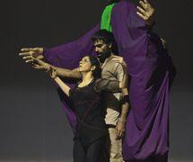 <em>Dre</em> (estreno: 2010) por The Ishara Puppet Theatre (Nueva Delhi, India), un espe<em>c</em>tá<em>c</em>ulo de danza y títeres <em>c</em>ontemporáneas sobre el poder, la manipula<em>c</em>ión y la guerra, se <em>c</em>entra en tres personajes del Mahâbhârata. Puesta en es<em>c</em>ena y <em>c</em>oreografía: Sudesh Adhana, bailarines: Sudesh Adhana y Aditi Mangaldas, <em>c</em>on<em>c</em>ep<em>c</em>ión de títeres y titiritero: Dadi Pudumjee, <em>c</em>onstru<em>c</em><em>c</em>ión de títeres y más<em>c</em>aras: Dadi Pudumjee y miembros del Ishara Puppet Theatre Trust. Títeres y más<em>c</em>aras de Styrofoam y papel ma<em>c</em>hé. Fotografía cortesía de Sudesh Adhana and Dadi Pudumjee. Foto: Vipul Sangoi