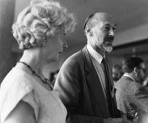 Jan Bussell (Presidente de UNIMA 1969-1976), en 1964. Fotografía cortesía de The National Puppetry Archive