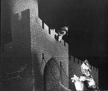 <em>Sága rodu Navarova</em> (1944) par Skupina PLUS, mise en scène : Jan Malík, scénographie : Jan Malík. Photo: Václav Chochola