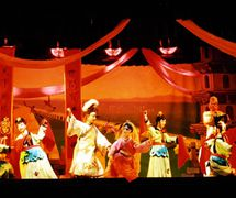<em>El Arco iris de cinco millas</em> (五里长虹, 1999) por Jinjiangshi Zhangzhong Muoutuan (Instituto para la Preservación de Títeres de guante de Jinjiang, Jinjiang, provincia de Fujian, República Popular China), puesta en escena: Zhuang Changjiang, escenografía y fabricación: Wang Yixiong, titiriteros: Zeng Hongze, Yan Sharong, Zeng Jinliang. Títeres de guante