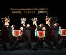 <em>Un preludio con cuatro generales</em> (四将踏棚, 2009) por Jinjiangshi Zhangzhong Muoutuan (Instituto para la Preservación de Títeres de guante de Jinjiang, Jinjiang, provincia de Fujian, República Popular China), puesta en escena: Zhuang Changjiang, escenografía y fabricación: Huang Yiluo, Huang Qinghui, titiriteros: You Tianxiang, Zhu Dongyang, Zeng Jinliang, Lin Jingru, Chen Qiongna, Zeng Anni, Wu Xiaoling, Li Yunfeng. Títeres de guante