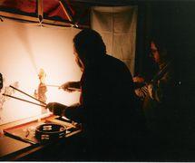 Metin Özlen, maître de théâtre d'ombres turc, karagöz, avec (à sa droite) Şinasi Çelikkol, un maître artisan des marionnettes, metteur en scène et artiste de karagöz. Photo réproduite avec l'aimable autorisation de UNIMA Turkey (UNIMA Turkiye)