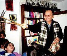 Orhan Kurt, maître de théâtre d'ombres turc, karagöz. Photo réproduite avec l'aimable autorisation de UNIMA Turkey (UNIMA Turkiye)
