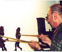 Tacettin Diker, un maître de théâtre d'ombres turc, karagöz. Photo réproduite avec l'aimable autorisation de UNIMA Turkey (UNIMA Turkiye)
