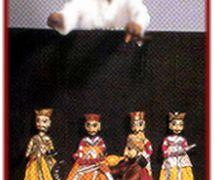Un <em>kathputli</em> kalākāra (titiritero/artista) representa una es<em>c</em>ena del <em>kathputli</em> ka khel, los títeres de hilos tradi<em>c</em>ionales de Rajastán, India. Fotografía cortesía de Sampa Ghosh