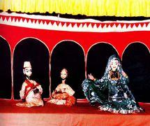 Dos músi<em>c</em>os y la bailarina Anarkali a<em>c</em>túan en una es<em>c</em>ena <em>darbar</em>. Kathputli, los títeres de hilos tradi<em>c</em>ionales de Rajastán, India. Fotografía cortesía de Sampa Ghosh