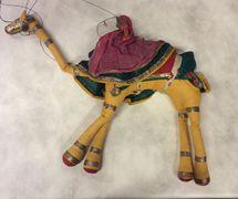 Camello, títere de hilos, <em>kathputli</em>, de Rajastán, India, altura: 46 <em>c</em>m. Cole<em>c</em><em>c</em>ión: Center for Puppetry Arts (Atlanta, Georgia, Estados Unidos). Fotografía cortesía de Center for Puppetry Arts