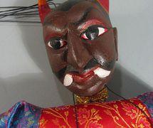 Un detalle, un <em>jadugar</em> (mago), un títere de tru<em>c</em>o que ha<em>c</em>e malabares <em>c</em>on su propia <em>c</em>abeza, <em>c</em>reado por Puran Bhatt (Delhi, India, 2003). Kathputli, altura: 59 <em>c</em>m. Cole<em>c</em><em>c</em>ión: Center for Puppetry Arts (Atlanta, Georgia, Estados Unidos). Fotografía cortesía de Center for Puppetry Arts