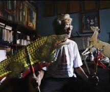 Ledjar Subroto (Wonosobo, Java central, 1938- ), maître marionnettiste (<em>dalang</em>) du <em>wayang</em> kulit javanais et créateur du <em>wayang</em> kancil pour enfants et racontant des fables de souris-chevreuils et d'autres séries de <em>wayang</em> basées sur des événements de l'histoire indonésienne utilisant le théâtre d'ombres. Photo réproduite avec l'aimable autorisation de UNIMA-Indonésie