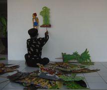 Ledjar Subroto avec deux de ses figures pour son théâtre d'ombres, <em>wayang</em> kancil (Java central, Indonésie). Photo: Karen Smith