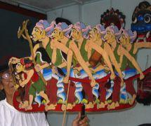 Une marionnette d'ombre composite créée par le <em>dalang</em> Ledjar Subroto représentant des hommes et un garçon avec des outils ou des armes, peut-être liée à la lutte révolutionnaire de l'Indonésie contre la domination coloniale (Java central, Indonésie). Photo: Karen Smith