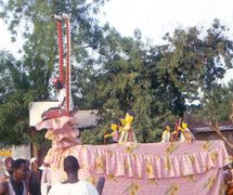 <em>Minan-kalaka</em> (antelope-puppet stage: a chariot, in itself a puppet, which allows the staging of rod puppets representing members of society), a <em>kalakasogw</em> (puppets in a stage), of the class of puppets called <em>maaniw</em> (little people), Markala, Ségou Region, Mali. Performances focus on everyday life. Collection: Mamadou Samaké. Photo: Modibo Bagayogo (on the occasion of the 2nd UNIMA-Mali Festival). Photo: Modibo Bagayogo