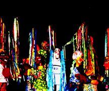 <em>Festança no Reino da Mata Verde</em> (1977), une série de scènes de Mamulengo Só-Riso qui présentent l'esprit du carnaval et des formes traditionnelles ou des personnages du folklore brésilien du Nord-Est (Nordeste), comme <em>bumba-meu-boi</em> (une tradition populaire qui édicte le cycle de la mort et le renouveau d'un taureau sacré), Olinda, État de Pernambouc, Brésil. Photo: Fernando Augusto Gonçalves