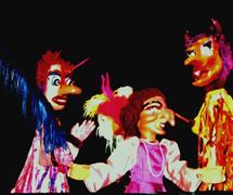 Dona Olinda Olanda et Diabos (diables), les personnages d'une scène dans <em>Festança no Reino da Mata Verde</em> (1977) par Mamulengo Só-Riso (Olinda, État de Pernambouc, Brésil). Photo: Fernando Augusto Gonçalves