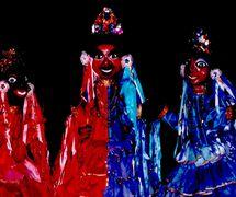 Une scène de <em>Festança no Reino da Mata Verde</em> (1977) par Mamulengo Só-Riso s'intitule le <em>Pastoril</em>, l'un des quatre principaux spectacless populaires du Nordeste avec la danse, le théâtre et la musique joué traditionnellement à Noël, basé sur les danses et les chants des bergères (Olinda, État de Pernambouc, Brésil). Photo: Fernando Augusto Gonçalves