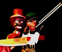 Le professeur Tiridá et Cabo, deux personnages de <em>mamulengo</em> d'une scène dans <em>Festança no Reino da Mata Verde</em> (1977) par Mamulengo Só-Riso (Olinda, État de Pernambouc, Brésil). Photo: Fernando Augusto Gonçalves
