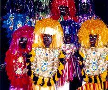 Caboclos de lança, les personnages de <em>mamulengo</em> du spectacle Folgazões & Foliões, Foliões & Folgazões (2002), de Mamulengo Só-Riso (Olinda, État de Pernambouc, Brésil). Photo: Olívia Robacov
