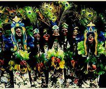 Les figures, dans Folgazões & Foliões, Foliões & Folgazões (2002) par Mamulengo Só-Riso (Olinda, État de Pernambouc, Brésil), appelés <em>caboclos de pena</em>, représentent des entités spirituelles déifiées, des brésiliens d'ascendance blanche et indigène ou indigène et noire, qui enseignent la spiritualité, la guérison et la préoccupation de la nature. Photo: Olívia Robacov