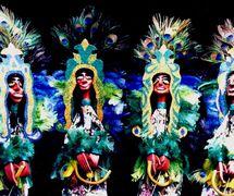 Les marionnettes représentant les <em>caboclos de pena</em>, des entités spirituelles déifiées, des brésiliens d'ascendance blanche et indigène ou indigène et noire, qui enseignent la spiritualité, la guérison et la concience de la nature, dans Folgazões & Foliões, Foliões & Folgazões (2002) par Mamulengo Só-Riso (Olinda, État de Pernambouc, Brésil). Photo: Olívia Robacov