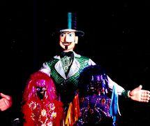 Homem da Meia Noite, une marionnette géante populaire dans le Carnaval d'Olinda, et les « lanceiros » (<em>caboclos de lança</em>), personnages du spectacle Folgazões & Foliões, Foliões & Folgazões (2002), par Mamulengo Só-Riso (Olinda, État de Pernambouc, Brésil). Photo: Fernando Augusto Gonçalves