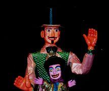 Homem da Meia Noite (une marionnette géante populaire dans le Carnaval d'Olinda) et Zé Pereira, deux personnages du spectacle, Folgazões & Foliões, Foliões & Folgazões (2002), par Mamulengo Só-Riso (Olinda, État de Pernambouc, Brésil). Photo: Fernando Augusto Gonçalves