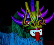 Dragão (Dragon), une figure de <em>mamulengo</em> du spectacle, Folgazões & Foliões, Foliões & Folgazões (2002) par Mamulengo Só-Riso (Olinda, État de Pernambouc, Brésil). Photo: Fernando Augusto Gonçalves