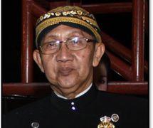 <em>Ki</em> Manteb Soedarsono (1948- ) of Karanganyar, Central Java, master <em>dalang</em> of <em>Surakarta</em> style <em><em>wayang</em> kulit purwa</em>. Photo courtesy of UNIMA-Indonesia