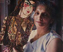 Meher Contra<em>c</em>tor <em>c</em>on una de las figuras de sombra que ella diseñó y fabri<em>c</em>ado, influen<em>c</em>iado por el <em>tolu bommalata</em>, teatro de sombras de Andhra Pradesh, para su produ<em>c</em><em>c</em>ión, <em>Rustom and Sohrab</em>, basado en la epopeya persa, <em>Shahnameh</em>. Foto: Navroze Contractor