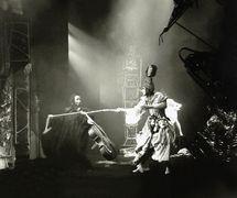 Une scène de <em>Don Zhuan</em> (Don Juan, 1992), un spectacle par l'InterStudio (Интерстудио, Atelier international de théâtre, de synthèse et d'animation, Saint-Pétersbourg, Russie), mise en scène : Mikhaïl Khoussid et Yuri Sobolev, scénographie: Yuri Sobolev et Galina Metelichenko