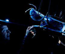 <em>Broučci</em> (2010) par Divadlo Minor (Prague, République tchèque), mise en scène : Jan Jirků, scénographie : Hynek Dřízhal. Actor sur la photo : Ondřej Nosálek. Photo: Petr Neubert © Minor.