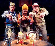 <em>Kabaret tlukot a bubnování</em> (2002) par Divadlo Minor (Prague, République tchèque), mise en scène : Jan Jirků, scénographie : Robert Smolík. Acteurs sur la photo : (de gauche à droite) : Petr Vodička, Jan Španbauer, Petr Stach. Photo: Josef Ptáček © Minor