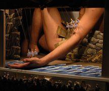 « La mort de Polyphème », une scène de <em>Gastroli Bolshogo Korolevskogo Lilikanskogo teatra v Rossii</em> (Tournée en Russie du grand théâtre royal lillycien, 1996) par le Moskovsky teatr TENB (Moscou, Russie), mise en scène et scénographie : Ilya Epelbaum. Photo réproduite avec l'aimable autorisation de Moskovsky teatr TENb