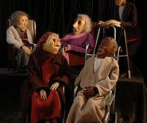 La fille de la rivière et le poète, dans <em>The River Girl</em> (1989) par Movingstage Marionette Co. (Hackney, Londres, Royaume-Uni), dans le théâtre de la compagnie, le Puppet Theatre Barge (Tamise), mise en scène, conception et fabrication : Gren Middleton. Marionnettes à fils, hauteur : 40 cm et 50 cm. Photo: Gren Middleton