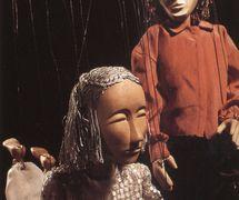 Patients dans une salle de démence, dans <em>End Games</em> (2016) par Movingstage Marionette Co. (Hackney, Londres, Royaume-Uni), dans le théâtre de la compagnie, le Puppet Theatre Barge (Tamise), mise en scène, conception et fabrication : Gren Middleton. Marionnettes à fils, hauteur : 50 cm. Photo: Gren Middleton
