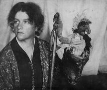 Nina Simonovich-Efimova (1877-1948), una de los fundadoras del teatro de títeres profesional ruso, con el títere de varillas del personaje popular Baba Yaga (década de 1920). Fotografía cortesía de Colección: Gosudarstvenny akademichesky tsentralny teatr kukol imeni S. V. Obraztsova, Museo de la Marioneta (Moscú, Rusia)