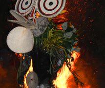 Los intérpretes bailan pasando sobre una hoguera grande, en la danza del fuego de Baining realizado durante la no<em>c</em>he <em>c</em>omo parte del National Mask Festival en Nueva Bretaña <em>Or</em>iental, Papúa Nueva Guinea, en 2015. Foto: Judy Ryon